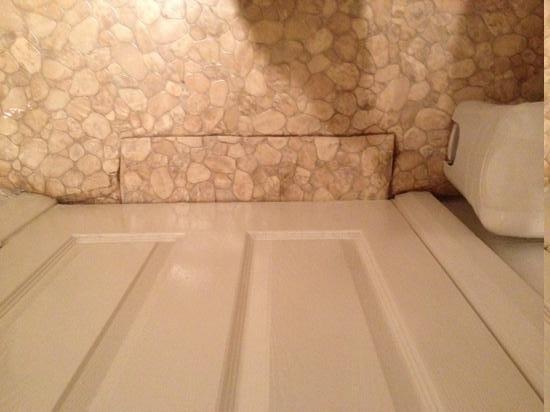 Istanbul EV Guest House:                   dirt on floor in showeroom