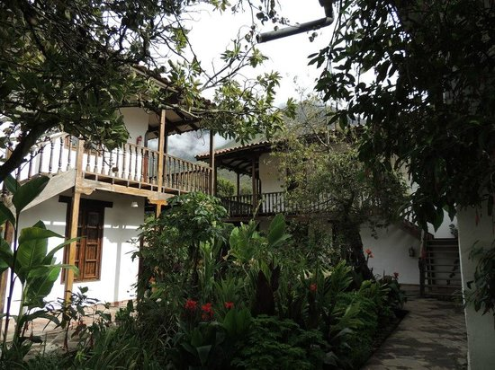 El Albergue Ollantaytambo: Nice gardens seperate the 2 floor room quads