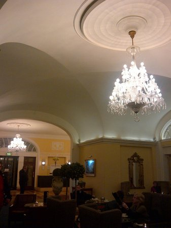 Hotel Riu Plaza The Gresham Dublin:                   Past lobby