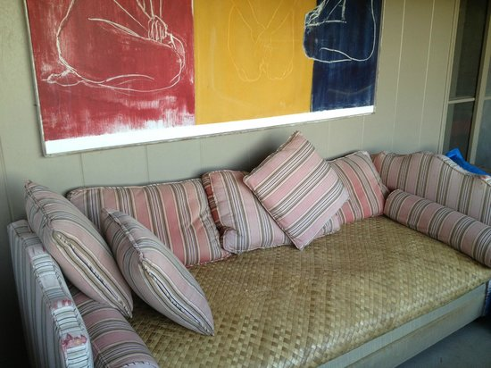 Diamond Head Bed And Breakfast: One of 2 sofas on private lanai for makai room, Diamond Head b&b, Oahu