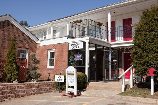 Econolodge Inn & Suites:                   Resort's entrance