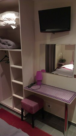 Pink Hotel :                   Dressing/table d'appoint/TV