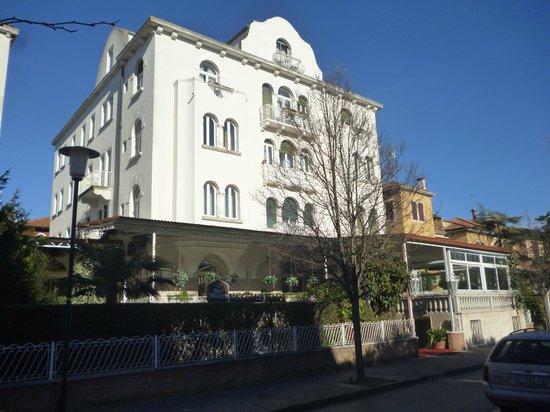 BEST WESTERN Biasutti:                   vista dell'Hotel dalla Via