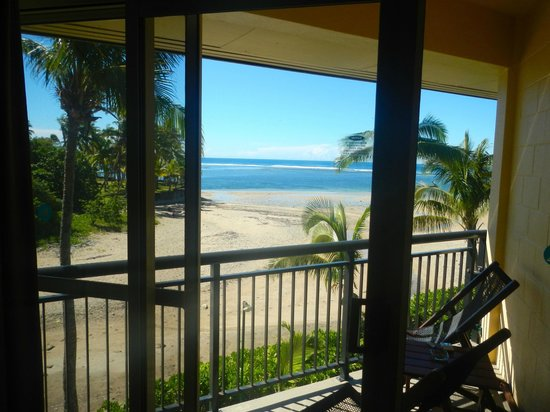 Outrigger Fiji Beach Resort: Balcony with view of the lagoon