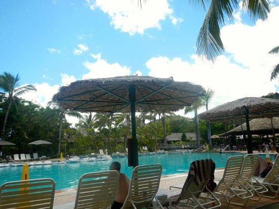 Outrigger Fiji Beach Resort: Pool area