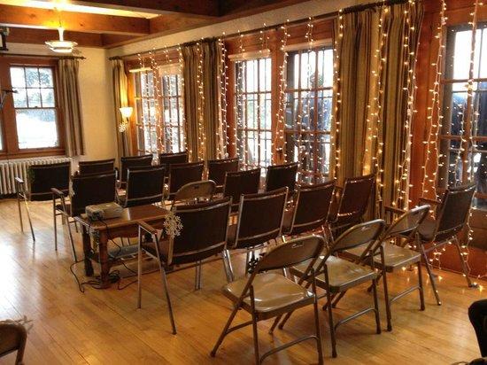 كاسكايد لودج أون ليك سوبيريور:                   The Living Room set up for the wedding.                 