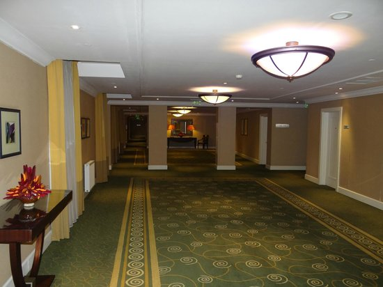 Corinthia Hotel Budapest: Uno de los pasillos elegantes.
