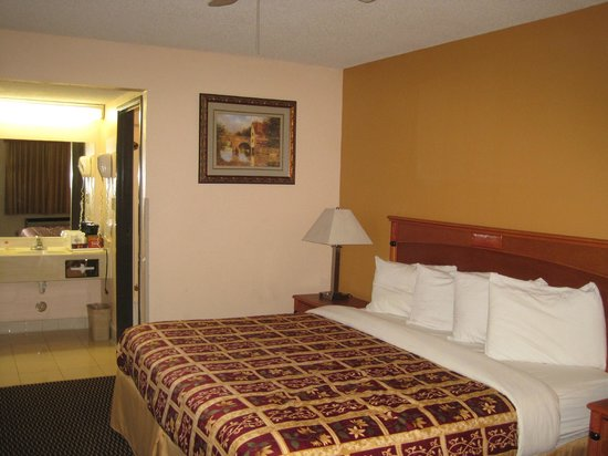 Days Inn Yuma: View towards bathroom
