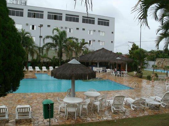Primar Plaza Hotel:                   Piscina ( olha o limbo nos arredores da mesma, a água estava verde, talvez pel