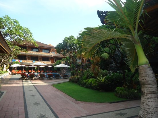 Wina Holiday Villa Hotel :                                     lovely gardens