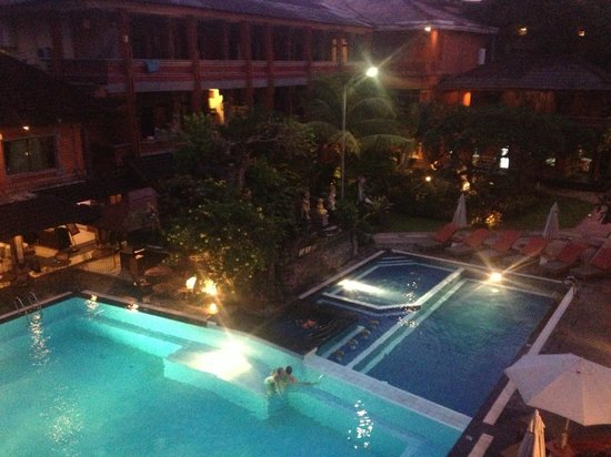 Wina Holiday Villa Hotel :                                     pool view at night