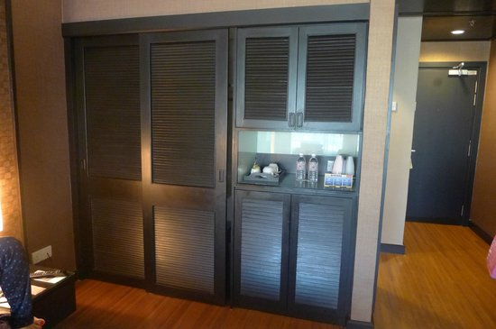 Swiss-Garden Beach Resort Kuantan: Wardrobe + minibar area (below the kettle)