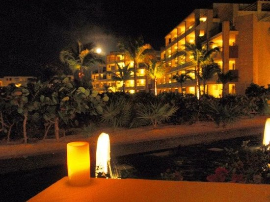 Beloved Playa Mujeres:                   Full moon over great dinner at Aroma ...