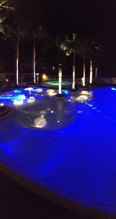 Mövenpick Hotel Mactan Island Cebu: swimming pool by night