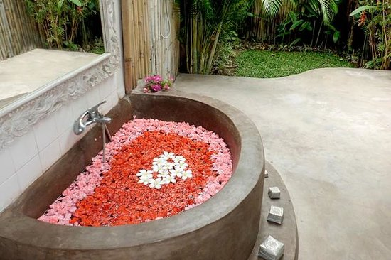 Casa Mia BnB Bali Seminyak: Flower Bath in open bathroom at  Casa Mia room