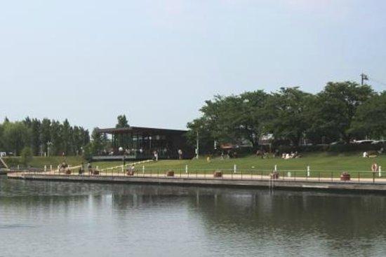 Toyama, Japon :                                                       富岩運河環水公園です。犬連れの多い公園で、スタバも犬OK