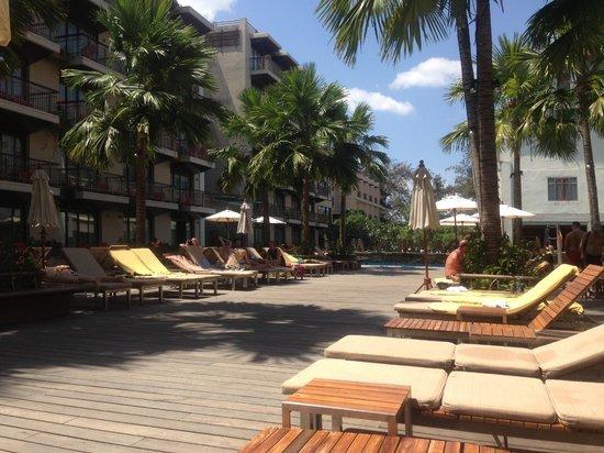 Baan Laimai Beach Resort:                   黄色のタオルはバーのところでで無料で借りれます