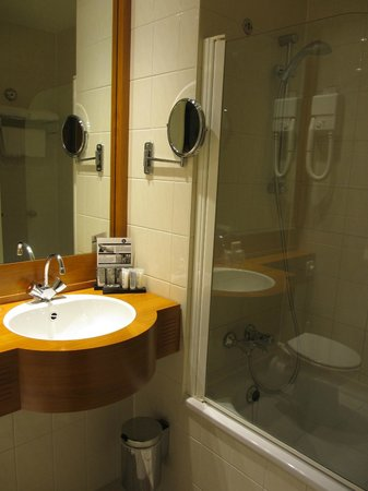Inntel Hotels Amsterdam Centre: Compact bathroom