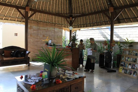 Saren Indah Hotel:                   Reception area