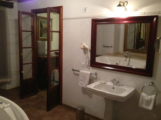 Hotel Dalt Murada: Very huge bathroom!