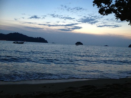 Pangkor Sandy Beach Resort:                   Sunset at the beach in front of resort
