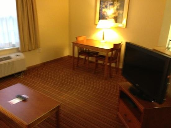 TownePlace Suites Atlanta Norcross/Peachtree Corners: living room