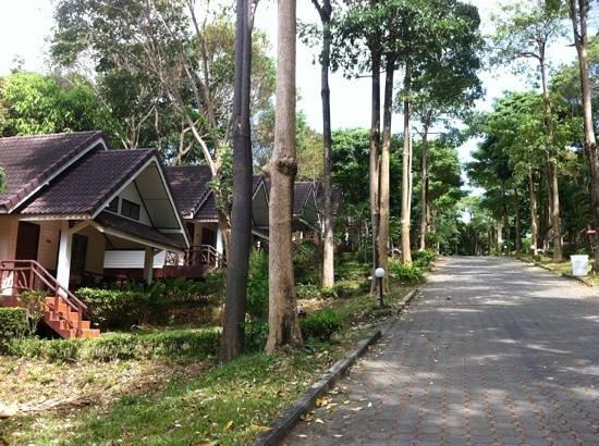 Lanta Manda Resort: allee des bungalows