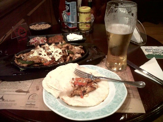 Arabian Courtyard Hotel & Spa: Chicken Fajitas at Sherlock Holmes - Old English Pub