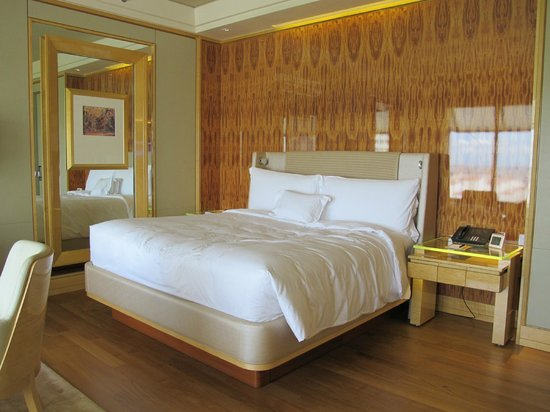 The Ritz-Carlton, Millenia Singapore:                   The bed and it's many wooden edges