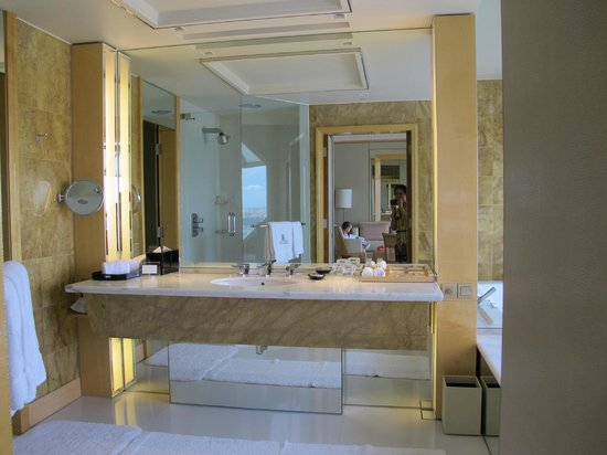 The Ritz-Carlton, Millenia Singapore:                   The bathroom counter