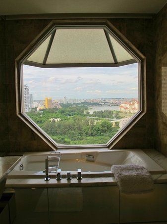 โรงแรม เดอะ ริทซ์ คาร์ลตัน มิลเลเนีย สิงคโปร์:                   View from the bathtub