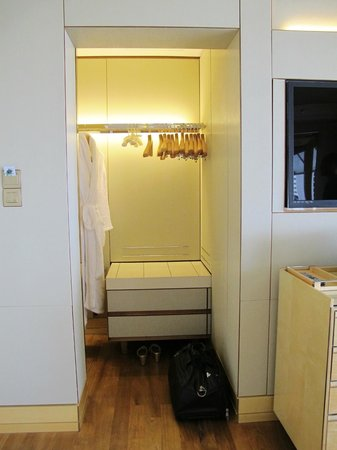 The Ritz-Carlton, Millenia Singapore:                   The tiny walk-in closet