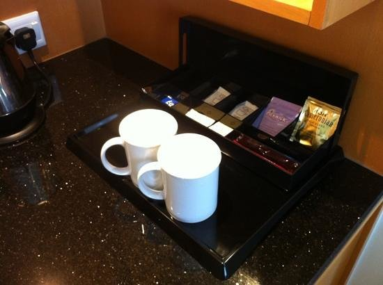 Holiday Inn Melaka:                   Hot water kettle is provided too!