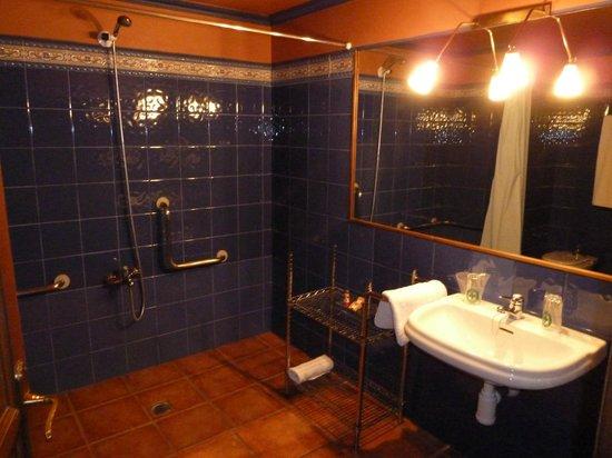 Suite Aparthotel y Spa Eth Refugi d'Aran: Salle de bain, beaucoup d'espace douche à l'italienne et très propre!