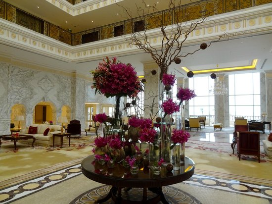 The Regency Hotel Kuwait : Lobby flowers