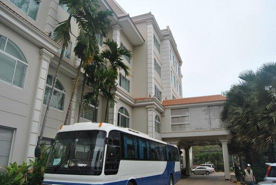 Angkor Riviera Hotel: facade et entrée de l'hotel
