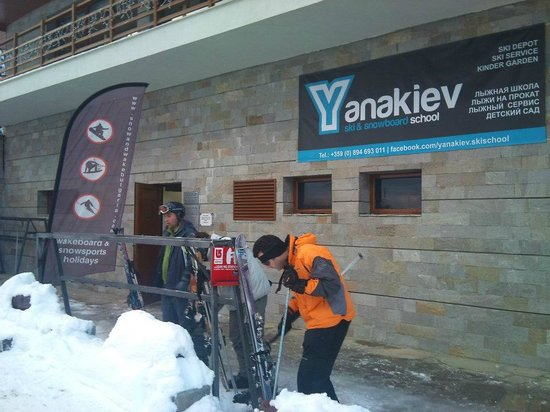 ‪Yanakiev Ski and Snowboard School‬