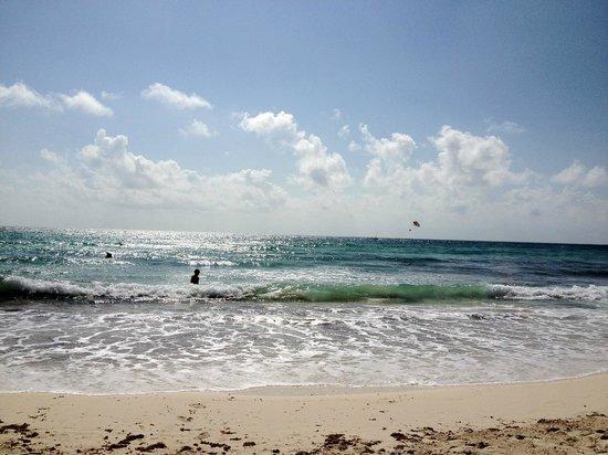 Now Jade Riviera Cancun Resort & Spa:                                     プールから直結のビーチです。