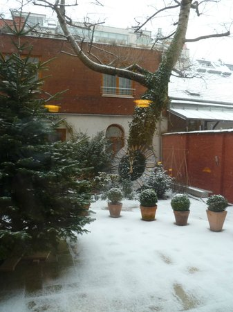 Boutique Hotel Stadthalle: Garden in deepest winter
