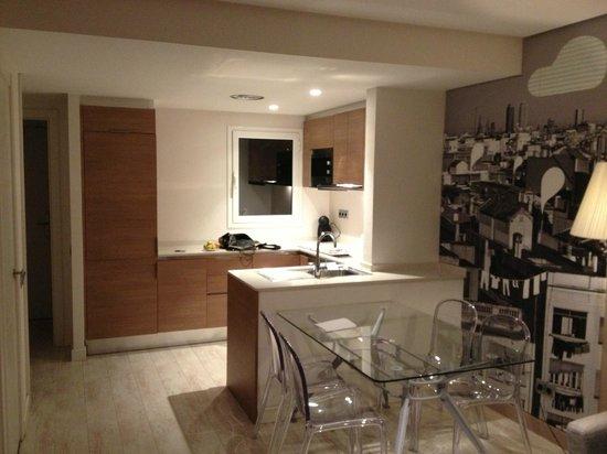 Eric Vokel Boutique Apartments - Gran Via Suites: La cucina vista dal soggiorno