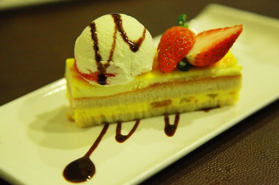 Amici Authentic Italian Restaurant: mango cake topped with vanilla