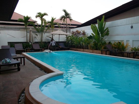Skyway Hotel:                   The pool
