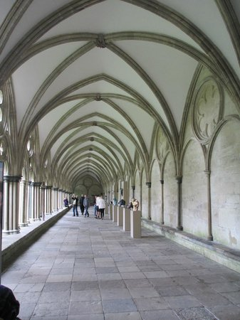 Salisbury Cathedral: Walking along the cloister