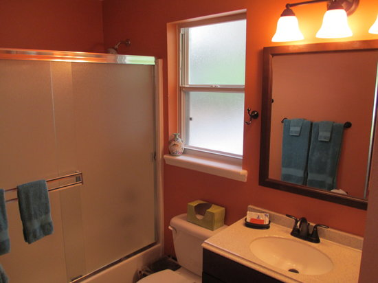 Crane Creek Inn Waterfront Bed and Breakfast: Newly remodeled Bathroom