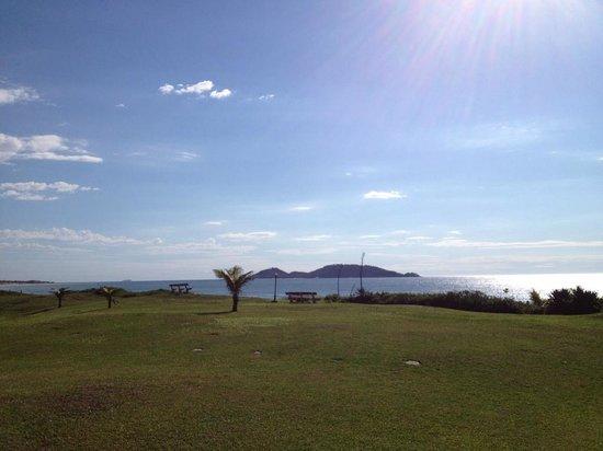 Morro Das Pedras Praia Hotel:                   gramado do hotel, vista pro mar.