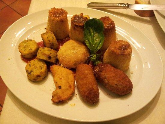 Hosteria La Scarpetta: Antipasto caldo,gateau di patate, polenta alle erbette, panzarotti al farro o verdure o porcini