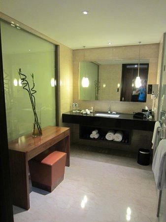 Hilton Bandung:                                                                         Bathroom