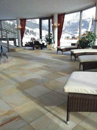 Granvara Relais & Spa Hotel: zona relax dalla piscina con vista sulle montagne