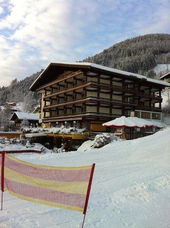 Sporthotel Alpin:                   Hotel, gefotagrafeerd vanaf de lift/dalafdaling