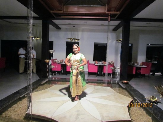 Citrus Retreats Alleppey: dining area -cultural dancing